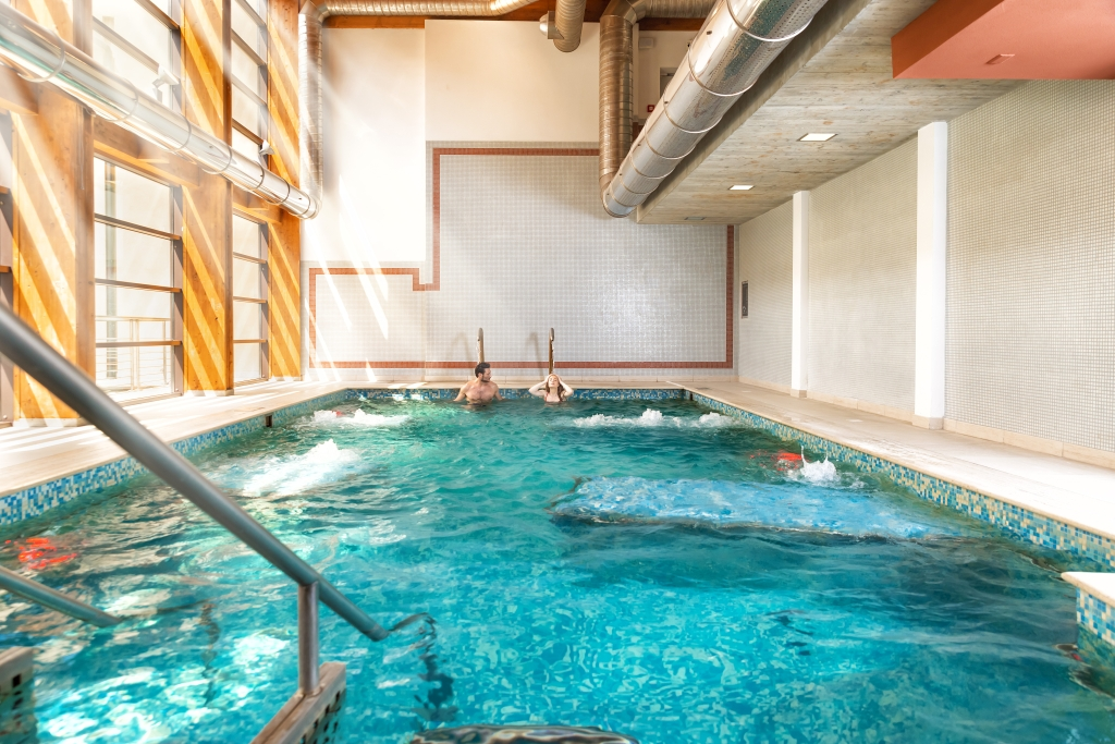 piscina dell'acqua in movimento lago delle sorgenti percorso olistico acqui terme